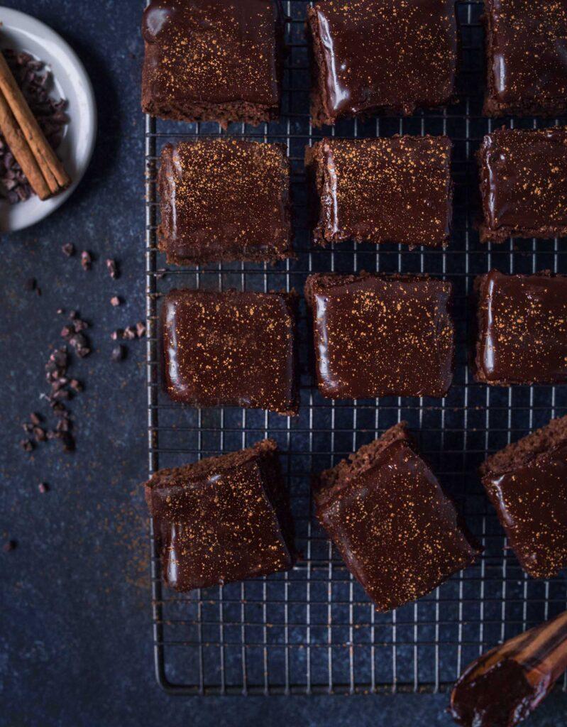 weihnachtliche schoko lebkuchen brownies mit glasur. Black Bedroom Furniture Sets. Home Design Ideas