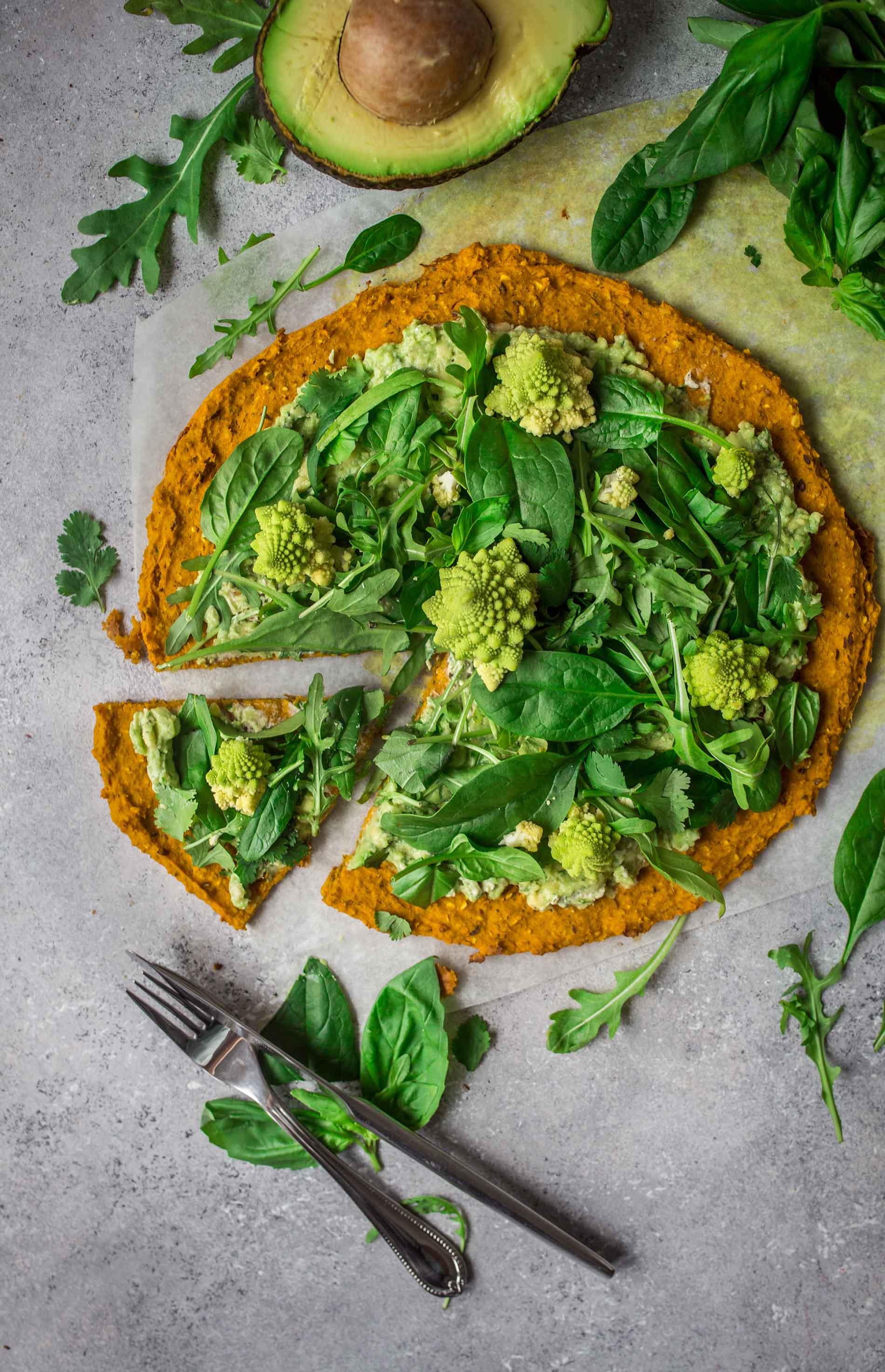 Vegane Süsskartoffel Pizza mit Guacamole Belag