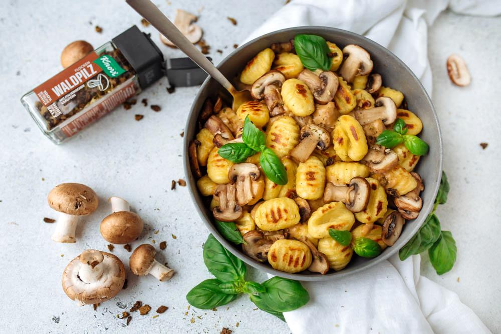 Einfache vegane Gnocchi and cremiger, veganer Pilzsauce