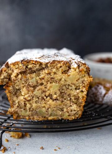Einfacher veganer Apfel-Haselnusskuchen