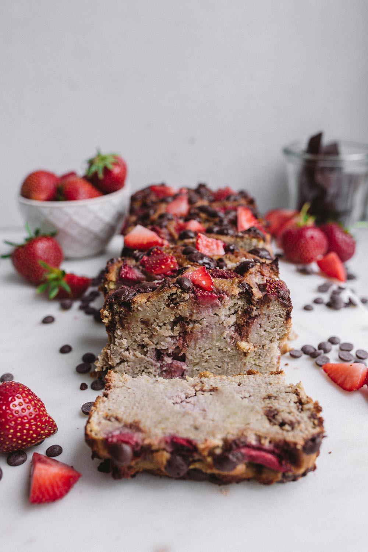 Einfaches veganes Erdbeer-Schoko Bananenbrot (glutenfrei & zuckerfrei)